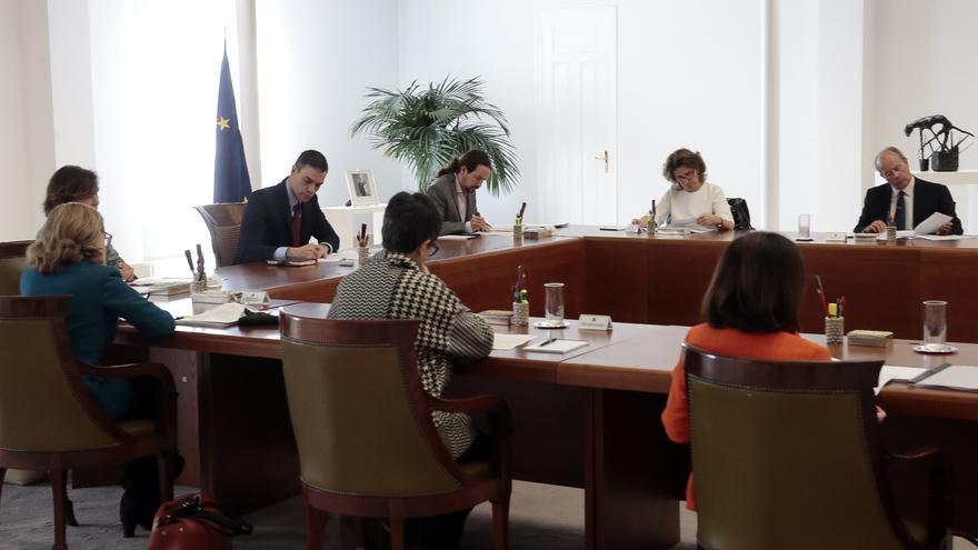 El presidente Pedro Sánchez y los miembros del Gobierno durante el Consejo de Ministros extraordinario de este sábado