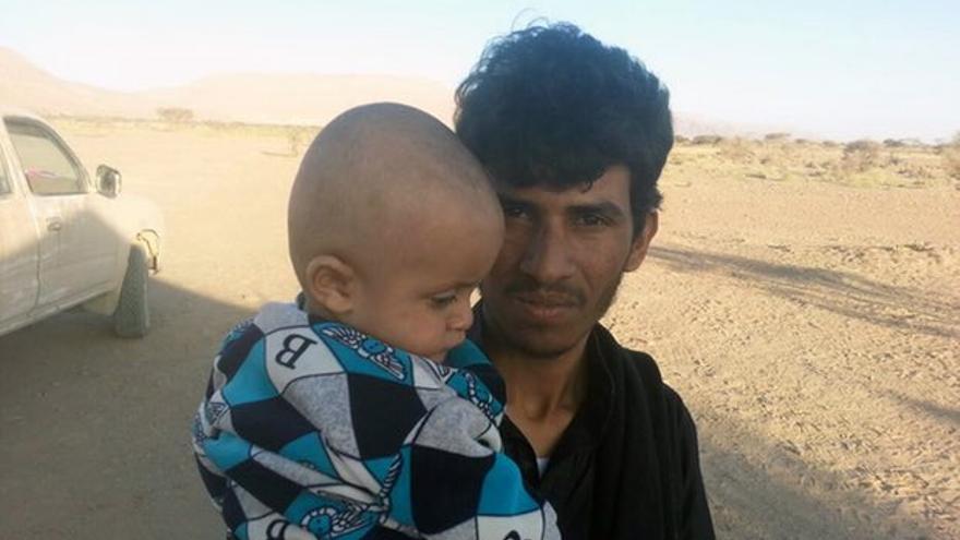 Ezzaldeen Tuaiman junto a su hijo.