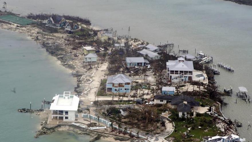Fotografía cedida por la Guardia Costera de Estados Unidos donde se aprecia una vista aérea tomada el 3 de septiembre de 2019 a los destrozos que causó el huracán Dorian en las Bahamas.