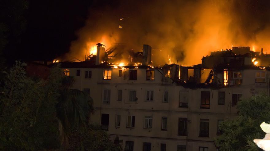 El juez sostiene que el incendio fue consecuencia de un fuego latente no detectado por los bomberos, tal y como denunciaban los vecinos.   JOAQUÍN GÓMEZ SASTRE