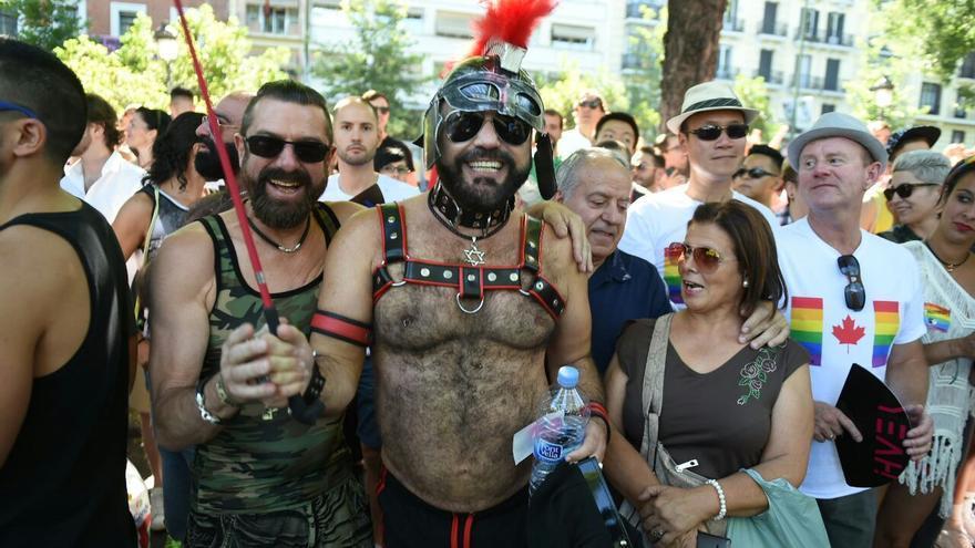 Dos amigos, uno disfrazado de militar y el otro de romano, se preparan para el desfile