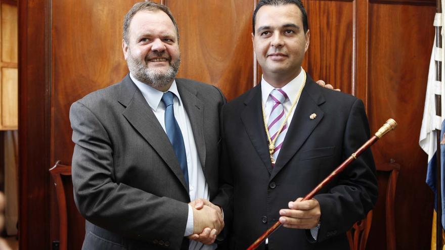 Fernando Bañolas cede el bastón de mando de Guía a Pedro Rodríguez.