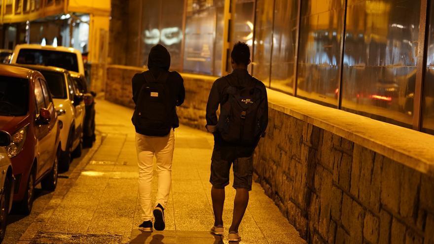 Dos jóvenes extranjeros pasean a medianoche por Irún tras su llegada a la estación