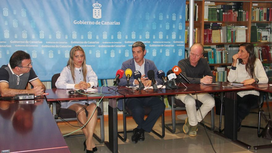 El consejero Narvay Quintero, con Dirk Godenau a la derecha, en la presentación de este lunes, en Santa Cruz