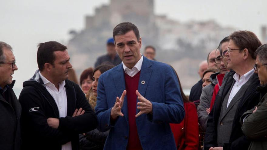 Pedro Sánchez con Ximo Puig durante su visita a Peníscola y Benicarló para inspeccionar los daños causados por el temporal.