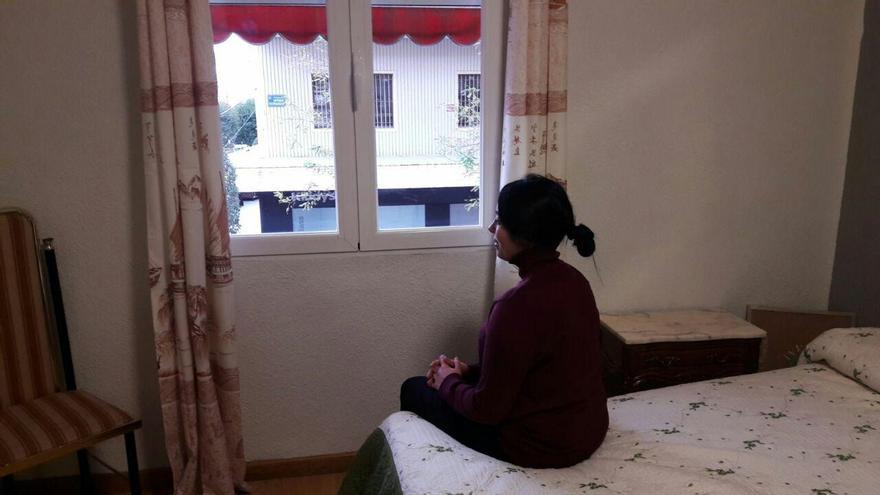 Laila, en la habitación del hostal donde vive con sus tres hijos.
