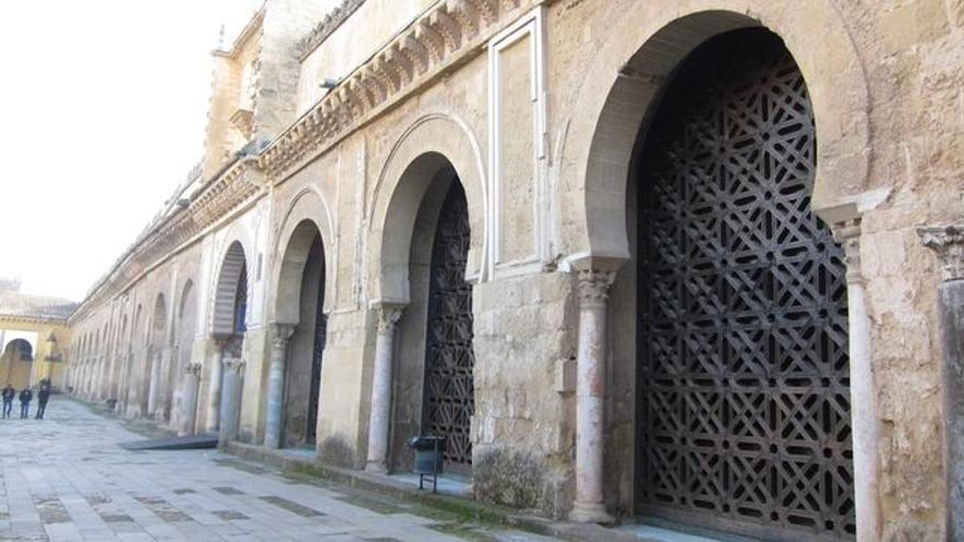 Celosías de madera que cubren las puertas del muro norte de la Mezquita-Catedral de Córdoba.