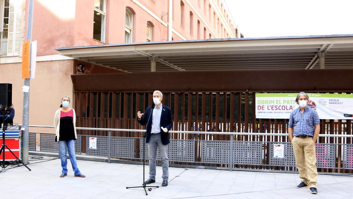 Josep González Cambray, presidente del Consorcio de Educación de Barcelona (en el centro), acompañado de Gemma Tarafa, conejal de Salud del Ayuntamiento de Barcelona, y Jacobo Mendioroz, director de la Unidad de Seguimiento del coronavirus