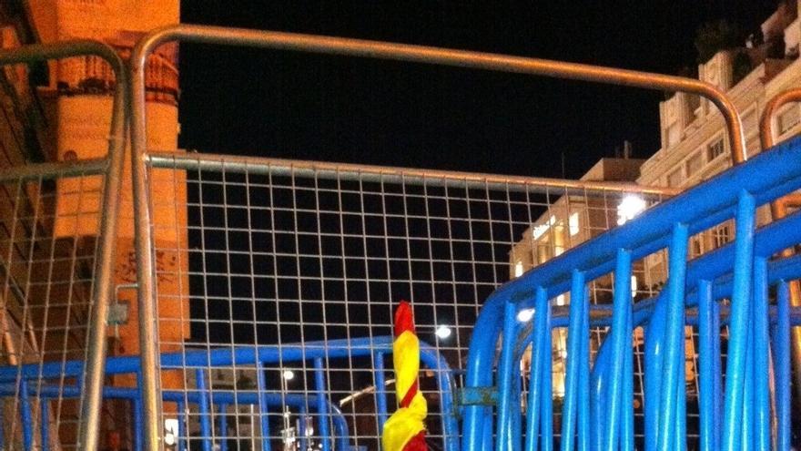 Tangana entre un grupo de manifestantes tras desplegarse una bandera de España en Neptuno