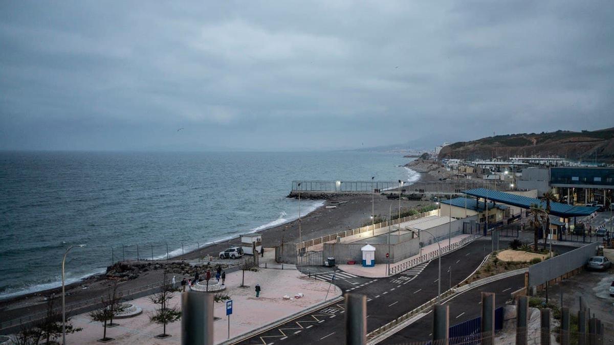 La frontera de Ceuta con Marruecos, vacía por primera vez desde el inicio de la crisis.