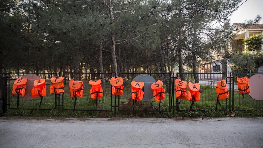 """Chalecos salvavidas con letras en las que se lee: """"Safe passage"""" (Viaje a salvo) / Foto: Olmo Calvo"""