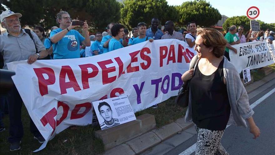 Ada Colau asiste a una manifestación por el cierre del CIE de Barcelona