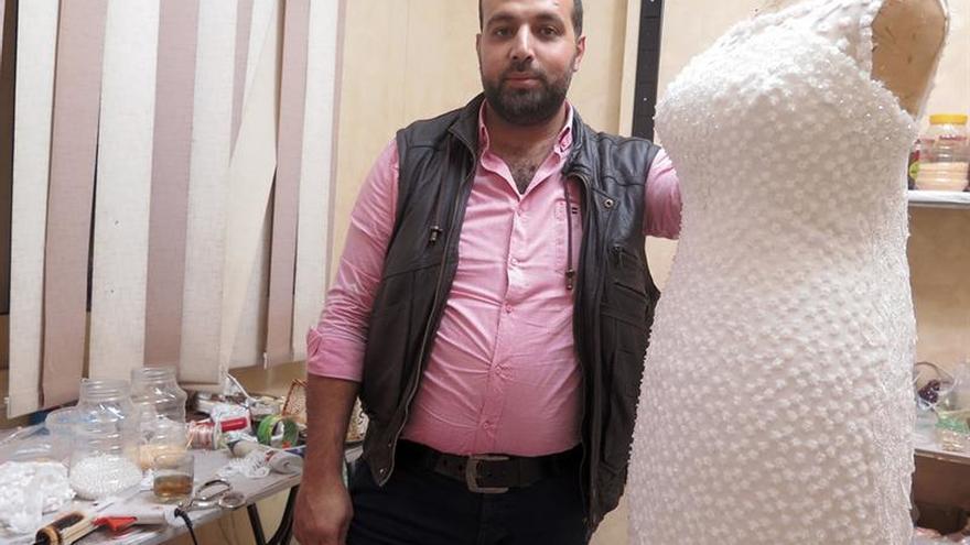Las agujas sirias que cosen vestidos de novia en Egipto