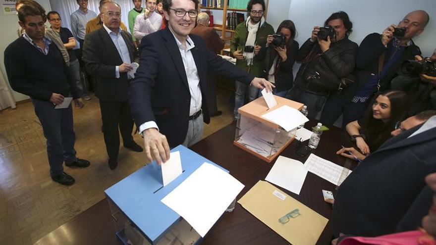 Alfonso Fernández Mañueco votando en el proceso de primarias que ganó.