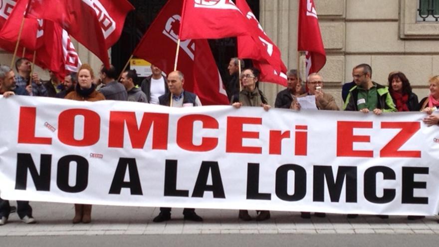 Concentración CCOO en Vitoria contra los recortes en Educacion.