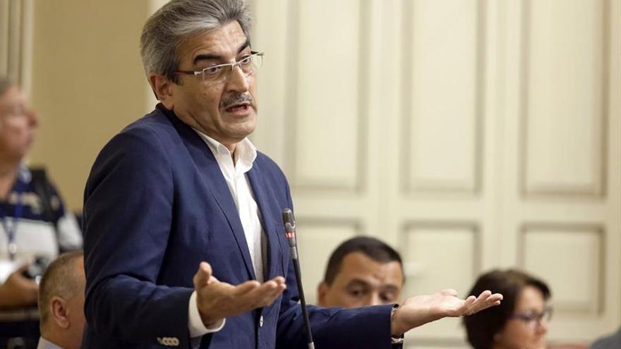 El diputado del Grupo Parlamentario de Nueva Canarias, Román Rodríguez durante su intervención. (Efe)