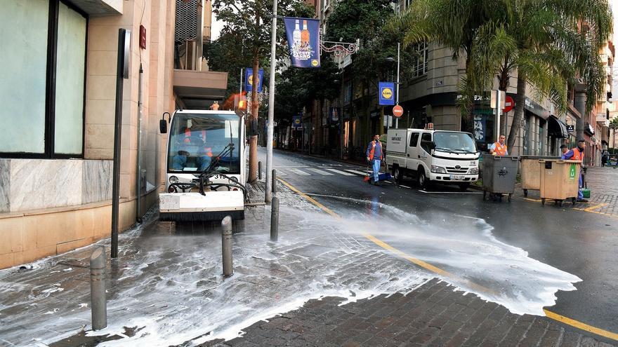 Tareas de baldeo en la calle del Pilar, en el centro de la ciudad