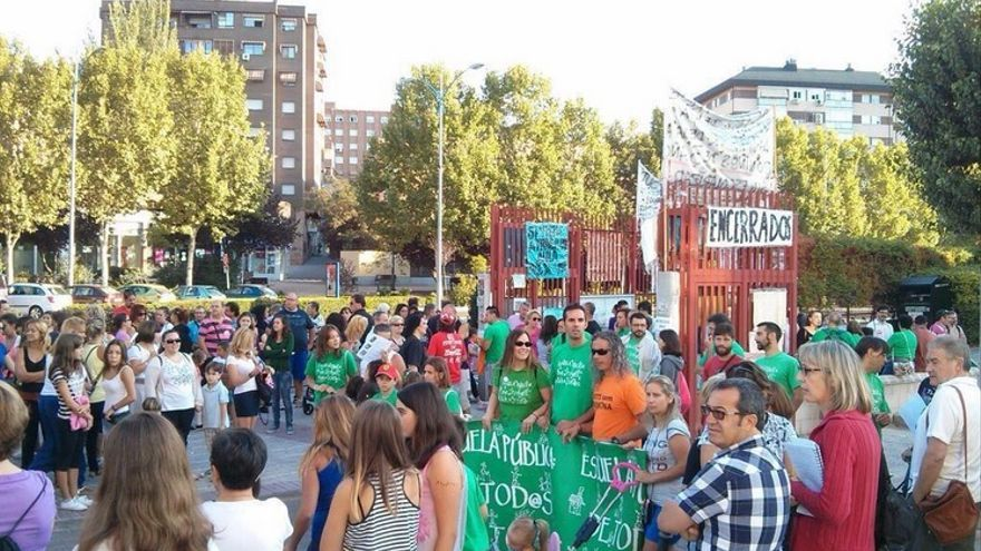 Manifestación a las puertas del colegio Arcipreste de Hita este martes./ @MareasCiudadana.