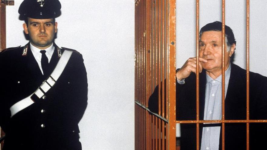 """El jefe de la mafia siciliana, Salvatore """"Totó"""" Riina, comparece ante un tribunal en Calabria por el asesinato del juez Antonino Scopelliti."""