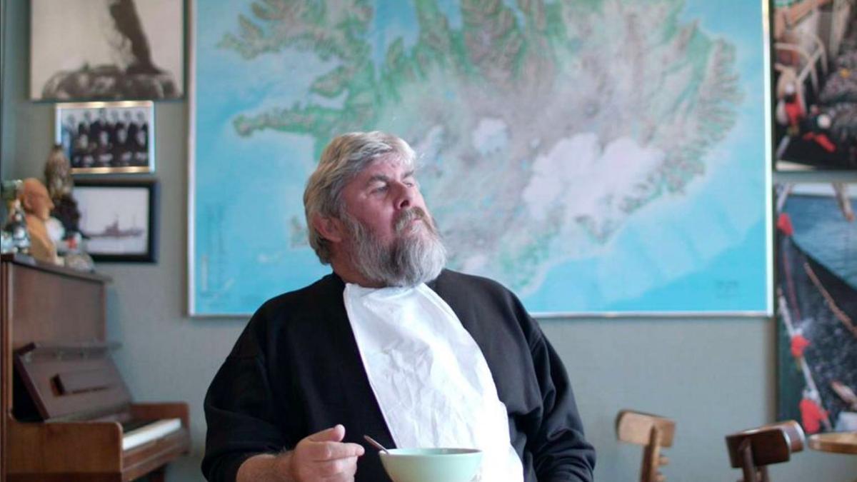 Alli, copropietario de la cafetería Bryggjan, frente a un plato de sopa de cigala