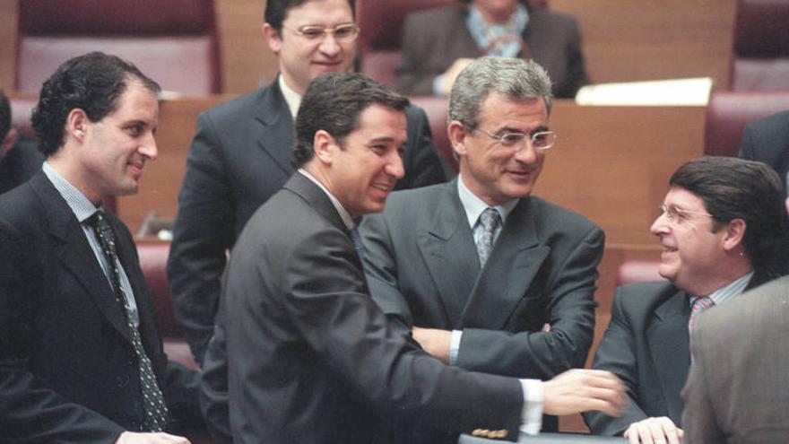 Eduardo Zaplana, con José Luis Olivas y Francisco Camps en las Corts Valencianes, año 2003.