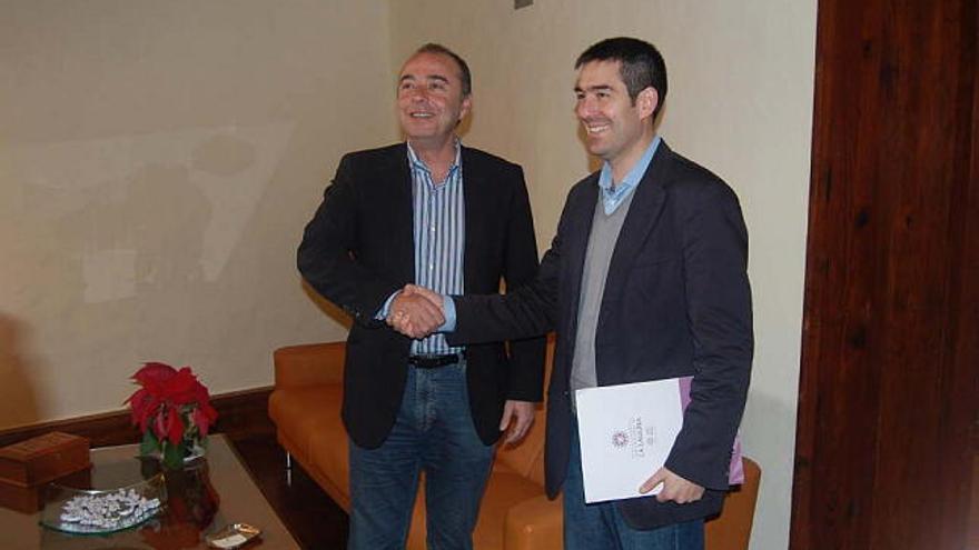 Fernando Clavijo y Miguel Zerolo en una reunión cuando ambos eran alcaldes de La Laguna y Santa Cruz de Tenerife, respectivamente.