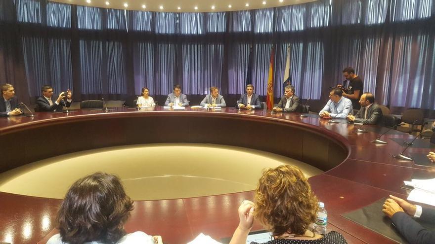El consejero de Agricultura, Ganadería, Pesca y Aguas del Gobierno de Canarias, Narvay Quintero, con los presidentes de los Grupos de Acción Local.
