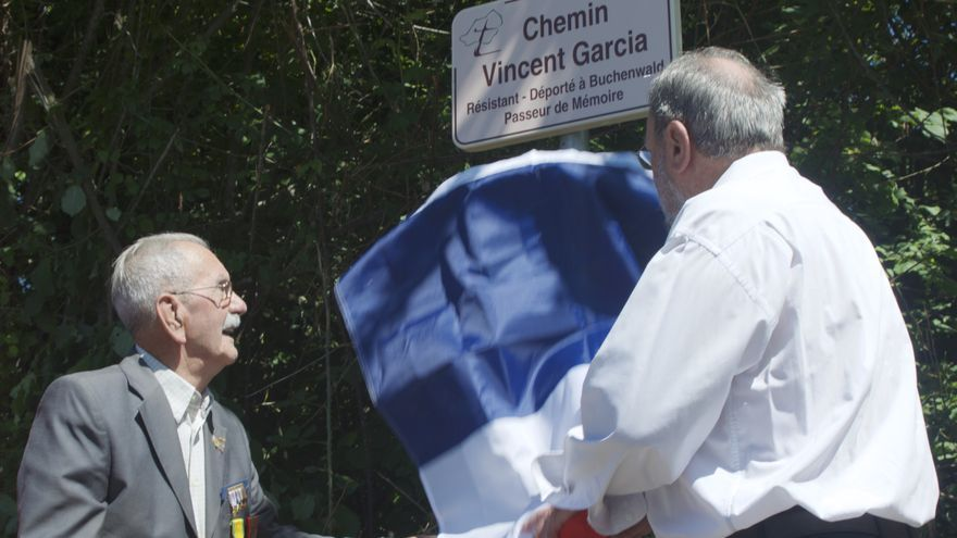 El exprisionero asturiano de Buchenwald, junto al alcalde de Trélissac, en el momento de inaugurar la calle que lleva su nombre.