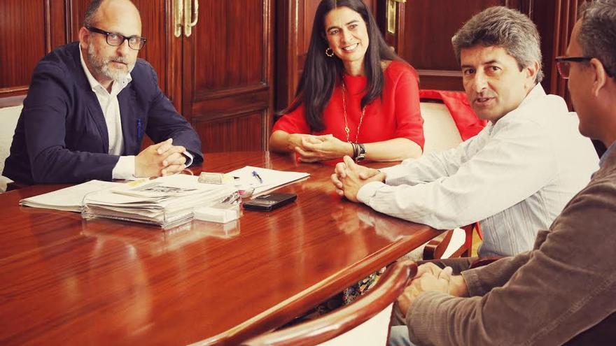 Luis Roca y Vicente Mujica junto a la delegada del Gobierno en Canarias, María del Carmen Hernández Bento.