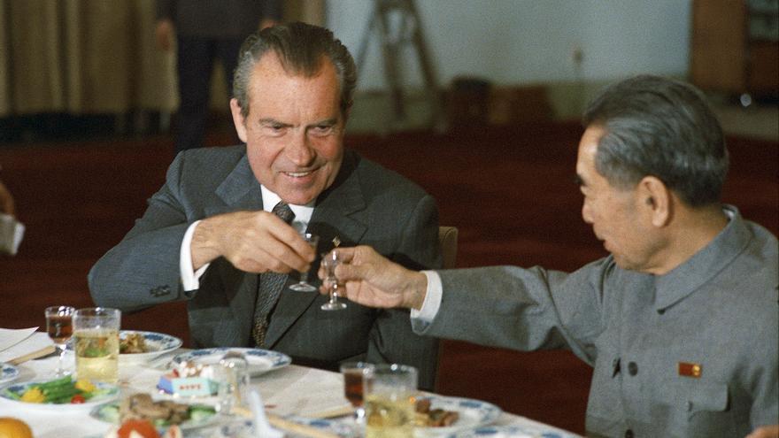 Nixon brinda con el primer ministro chino Zhou Enlai en la visita del primero a China en 1972.