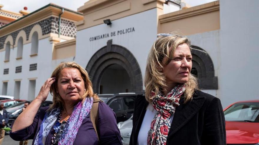 Las diputadas de Podemos por la provincia de Las Palmas Meri Pita y Victoria Rosell a la salida del CIE