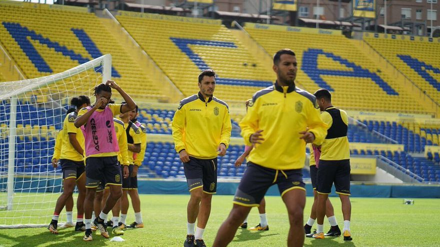 La plantilla de la UD Las Palmas entrenando en el Estadio de Gran Canaria.