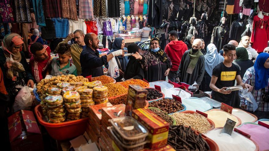 """Los egipcios buscan olvidar y celebrar un Ramadán """"sin miedo"""" a la covid-19"""