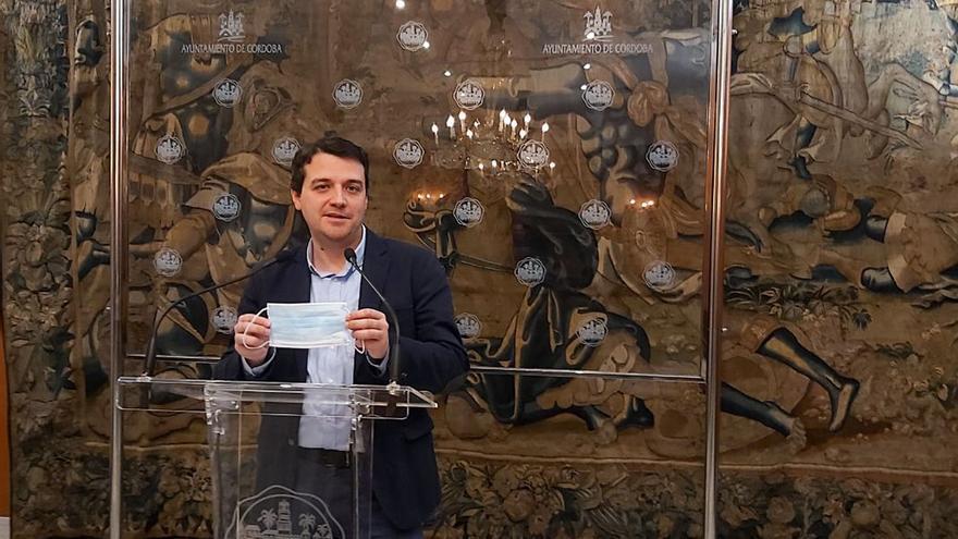El alcalde de Córdoba con una mascarilla.