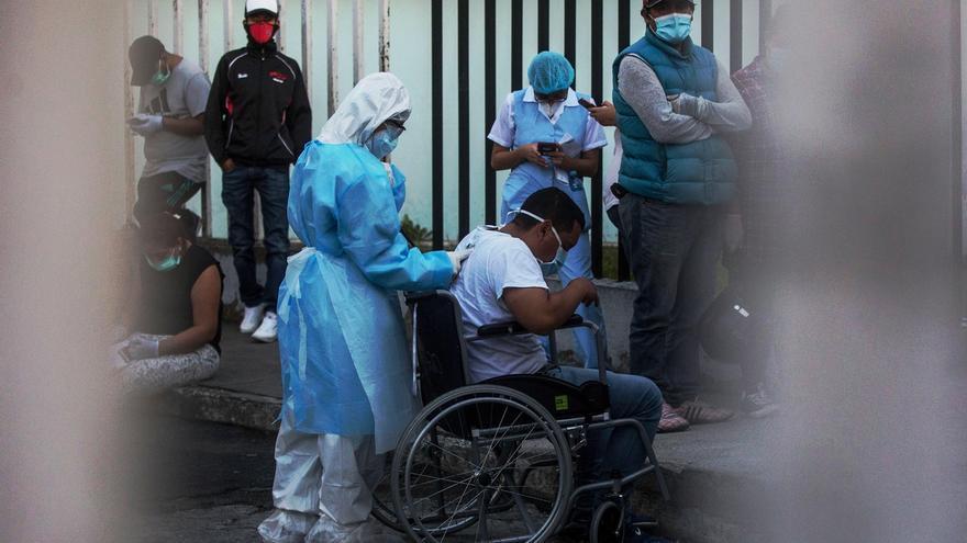 Una médico fue registrada este jueves al evaluar a un hombre con síntomas de coronavirus en el área de emergencias del Hospital San Juan de Dios en Ciudad de Guatemala.
