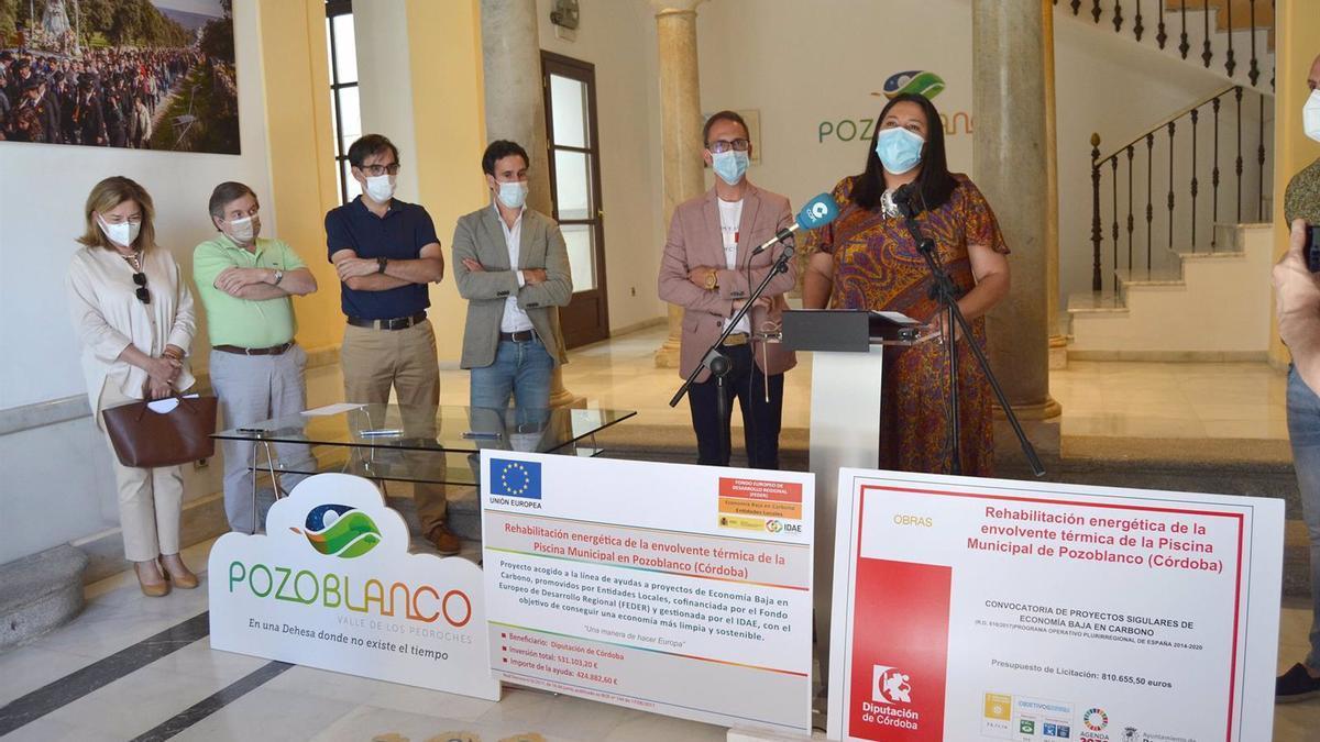 La delegada de Asistencia Económica con los Municipios de la Diputación de Córdoba, Dolores Amo (izda.), en su visita a Pozoblanco.