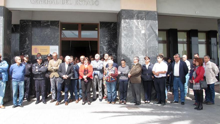 El acto en memoria de las víctimas del accidente aéreo ocurrido este martes, en La Palma, se ha celebrado ante la sede de la Dirección Insular de la Administración General del Estado en La Palma.