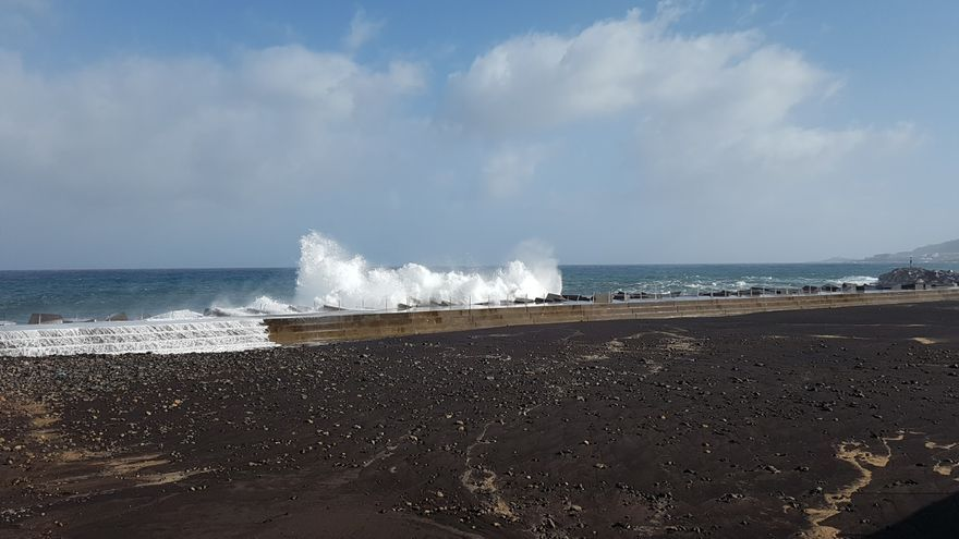En la imagen, las olas batiendo este lunes contra el dique norte de la playa de Santa Cruz de La Palma. Foto: LUZ RODRÍGUEZ.