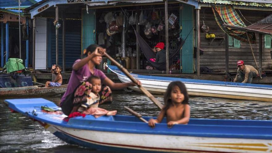 Letrinas flotantes dan alivio a aldeas lacustres en Camboya