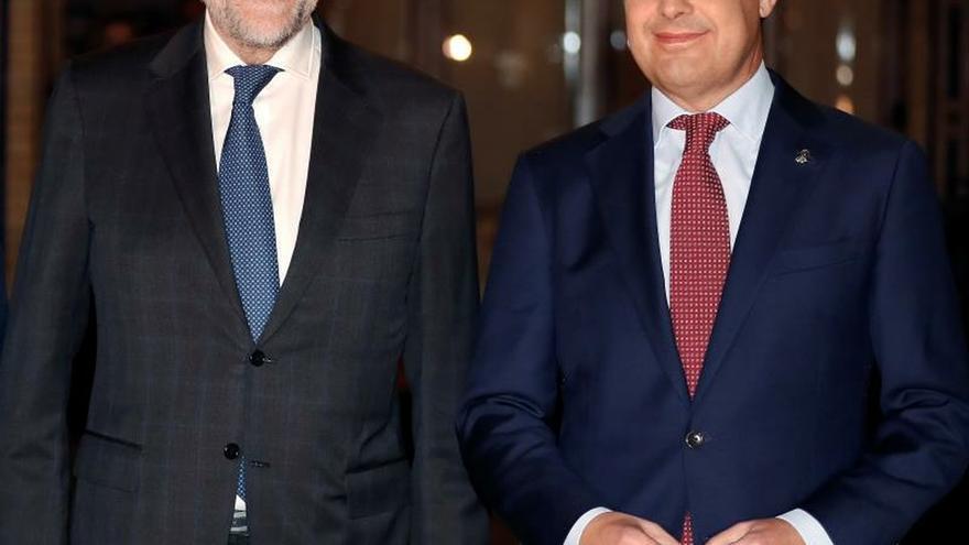 El presidente de la Junta de Andalucía, Juan Manuel Moreno Bonilla (d), y el expresidente del Gobierno Mariano Rajoy, participan este lunes en la presentación del libro de Rajoy, ''Una España mejor'', en Sevilla.