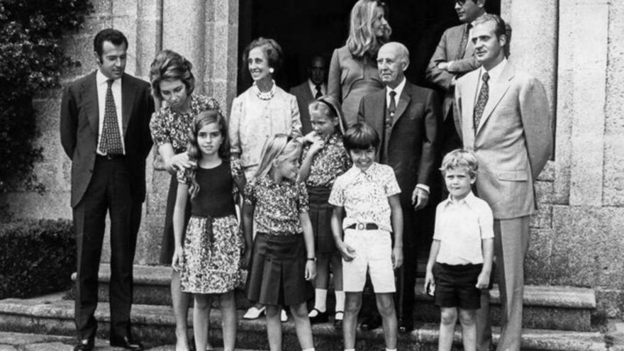Imagen de los Franco en el Pazo de Meirás acompañados de los futuros reyes de España
