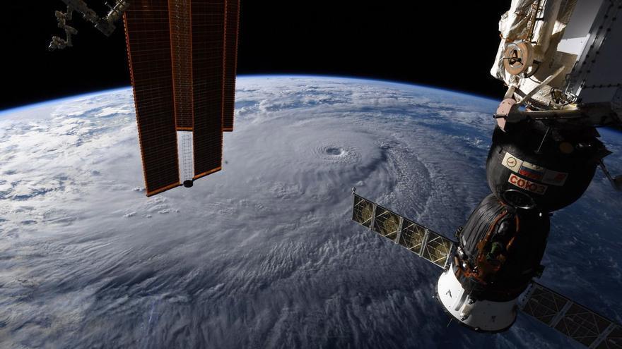 Fotografía cedida por la NASA el 22 de agosto de 2018, tomada por un tripulante de la Expedición 56 desde la Estación Espacial Internacional, muestra el huracán Lane en el Océano Pacífico central, cerca de Hawai (EE.UU.). A la derecha, la sonda Soyuz.