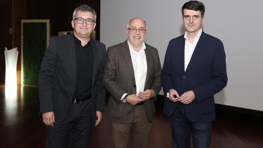 El director de Canarias Ahora, Carlos Sosa; el presidente del Cabildo de Gran Canaria, Antonio Morales y el experto en energías Jorge Morales.