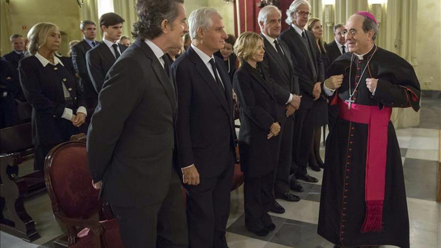 El arzobispo de Sevilla saluda a los familiares de la duquesa de Alba, Alfonso Díez, viudo, y los hijos.