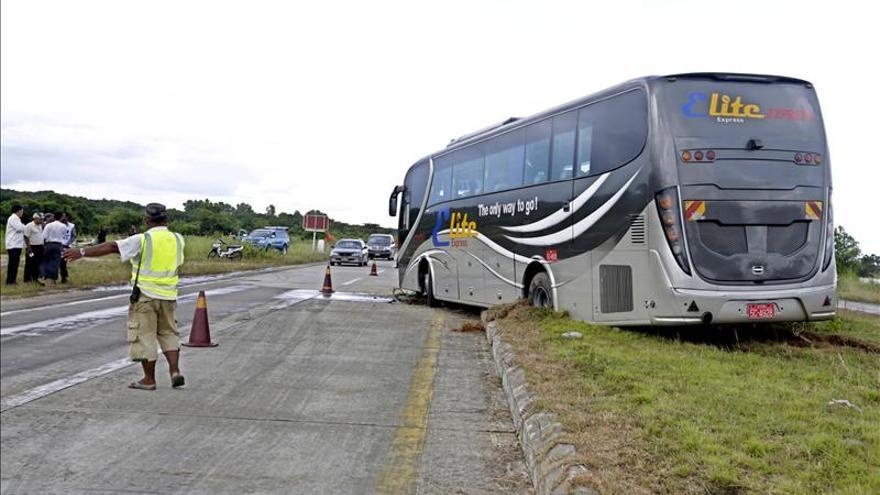 Seis personas mueren y 40 resultan heridas al volcar un autobús en Shanghái