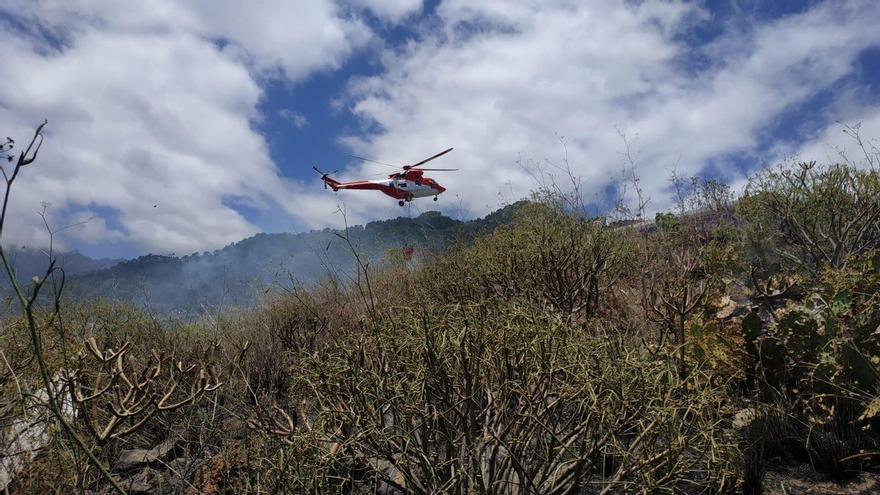 El helicóptero del Gobierno de Canarias descargando agua en la zona de Mirca donde se ha declarado este jueves un conato.