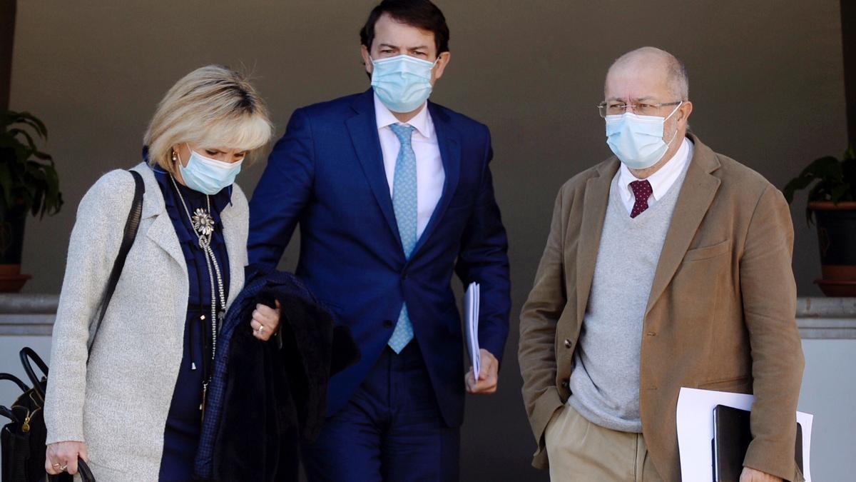El presidente de la Junta de Castilla y León, Alfonso Fernández Mañueco (C), junto al vicepresidente,Francisco Igea (d), y la consejera de Sanidad, Verónica Casado (i).