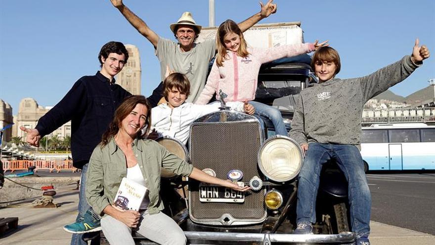 La familia Zapp, en su coche de 1928 en el Puerto de Santa Cruz de Tenerife