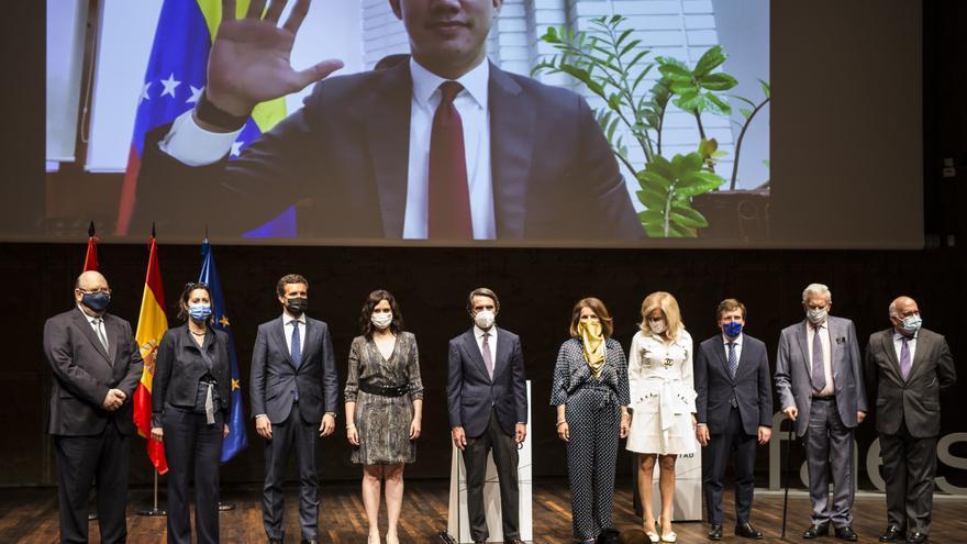 El expresidente José María Aznar posa junto a Pablo Casado, Isabel Díaz Ayuso y José Luis Martínez Almeida en la concesión del X Premio FAES de la Libertad a Juan Guaidó, que saluda por videoconferencia. En el Auditorio de CaixaForum, a 27 de mayo de 2021