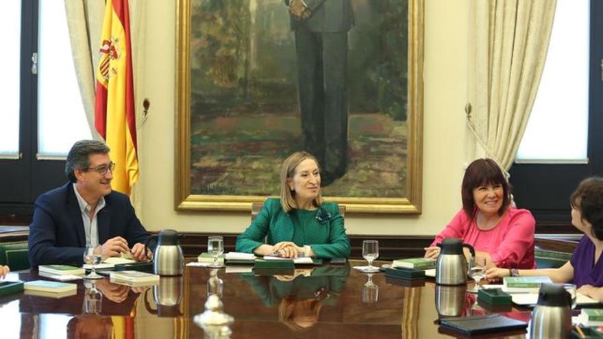 Ana Pastor, junto a Cristina Narbona en el Congreso de los Diputados.